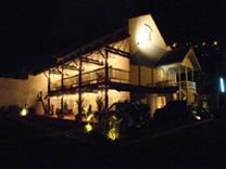 Hotel Luisiana de noche en Santa Ana, Costa Rica